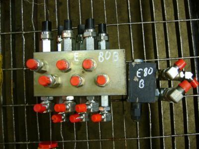 Distributeur hydraulique pour New Holland E 80 B en vente par PRV Ricambi Srl